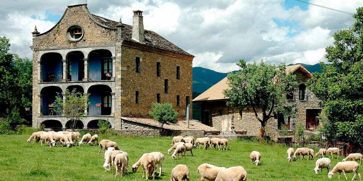 Una de las principales actividades complementarias a la agricultura y ganadería es la hostelería o turismo rural.